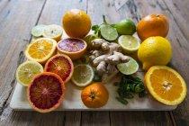 Nahaufnahme verschiedener Fruchthälften auf Schneidebrett — Stockfoto