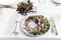 Великдень тематичні порції салат платівка — стокове фото