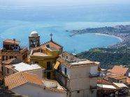Itália, Sicília, Castelmola, cidade velha para a Baía de Giardini Naxos — Fotografia de Stock
