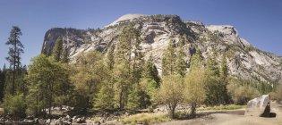USA, Californie, Yosemite National Park, paysage avec formation rocheuse — Photo de stock