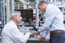 Gerentes discutindo produto — Fotografia de Stock