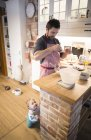 Père et bébé garçon cuire un gâteau dans la cuisine — Photo de stock