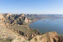 Vista da falésia rochosa sobre a água durante a província de dia, Espanha, de toledo — Fotografia de Stock
