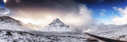 A92 road, Glencoe, Scotland, UK. and view of peak under clouds — Stock Photo