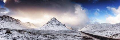 A92 road, Glencoe, Escocia, Reino Unido. y vista del pico bajo nubes - foto de stock
