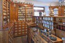 Vista interior de la antigua droguería vintage - foto de stock