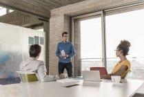Réunion d'affaires dans les bureaux modernes avec des collègues multiraciales — Photo de stock