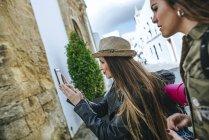 Viajando mulher tirando uma foto com um smartphone — Fotografia de Stock