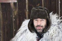 Портрет человека в меховой шапке зимой — стоковое фото
