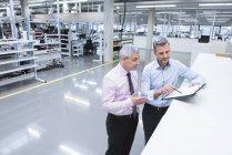 Manager diskutieren in der Fabrik — Stockfoto