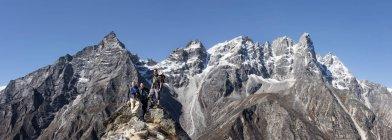 Nepal, Himalaya, Khumbu, regione dell'Everest. Trekkers in posa sulle rocce — Foto stock