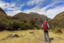 Peru, Andes, Cordilheira Blanca, Parque Nacional Huascaran, turista em trilha de caminhada com vista para Nevado Huascaran — Fotografia de Stock