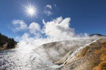 США, Сполучені Штати Америки, Вайомінг, Монтана, Айдахо, Єллоустоунський національний парк, Midway гейзер басейну річки Firehole — стокове фото