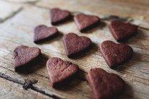Домашнє серцеподібне печиво шоколадне по дереву — стокове фото