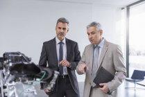 Бизнесмены проводят неформальную встречу — стоковое фото