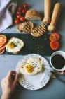 Обрезанное вид человеческой руки, держа тарелку с жареным яйцом — стоковое фото
