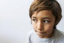 Ritratto ritagliato di ragazzo guardando da parte — Foto stock