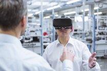 Gerentes usando gafas VR - foto de stock