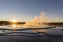 Estados Unidos, Estados Unidos de América, Wyoming, Montana, Idaho, Parque Nacional de Yellowstone, Lower Geyser Basin, Firehole Lake Drive, fuente Gran Geysir - foto de stock