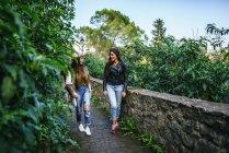 Испания, Андалусия, Вехер-де-ла-Фронтера, Путешествующие женщины, идущие по листовой дорожке — стоковое фото