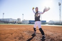 Mulher jarro pronto para jogar a bola durante um jogo de beisebol — Fotografia de Stock