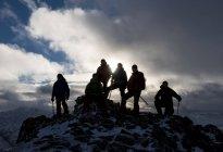 Непал, Гималаи, Кхумбу, регион Эверест. Треккеры позируют на скалах на закате — стоковое фото