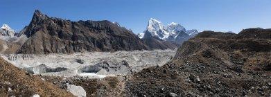 Blick auf Felsformationen und Berge im Hintergrund — Stockfoto