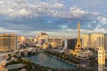 EUA, Estados Unidos da América, sudoeste, Nevada, Las Vegas, Las Vegas Boulevard, Strip, fontes do Hotel Bellagio, Paris Las Vegas com a Torre Eiffel e o Hotel Caesars Palace — Fotografia de Stock