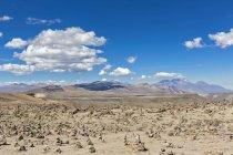 Південної Америки, Перу, Анд, перевал Patapampa зору, пустельний краєвид з гірського хребта на тлі — стокове фото