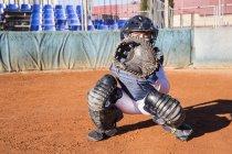 Catcher femminile pronto a prendere la palla durante una partita di baseball — Foto stock