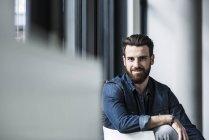 Портрет Молодий підприємець, дивлячись на камеру — стокове фото