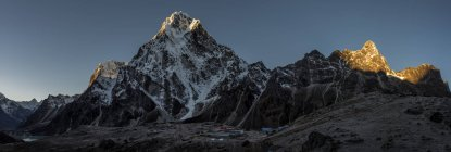 Vista de montaña con nevados durante el día - foto de stock