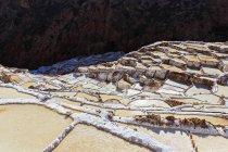 Région de Cuzco au Pérou, l'Amérique du Sud, un paysage naturel avec des terrasses de l'extraction de sel — Photo de stock