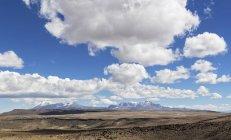 Перу, живописным видом Пустынный пейзаж с горами Анд, Patapampa перевал, на фоне — стоковое фото