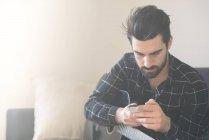 Mann mit Smartphone und Gitarre — Stockfoto
