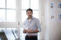 Человек, держащий архитектурную модель в должности — стоковое фото