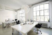 Interno di un ufficio di agenzia moderna con mobili — Foto stock