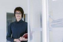Портрет жінка з папки в офісі — стокове фото
