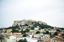 Афіни, Греція. Парфенон () в Афінський Акрополь вище пагорба, в оточенні міста. — стокове фото