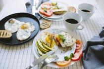 Nahaufnahme von Spiegeleiern mit Gemüse und Kaffee — Stockfoto