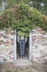 Homem elegante irreconhecível na cabana de tijolo — Fotografia de Stock