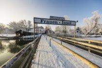 Deutschland, Bayern, Steg am frauenchiemsee im winterlichen Chiemsee — Stockfoto