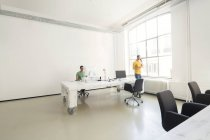 Два предпринимателя, совместной работы в офисе — стоковое фото