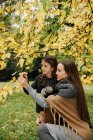 Woman with little Girl standing in autumnal park — Stock Photo
