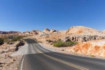 USA, route panoramique de Nevada, Valley of Fire State Park, entre les rochers de grès et de calcaire — Photo de stock