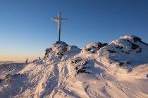 Allemagne, Bavière, forêt de Bavière au sommet de l'hiver, grand Arber, croix le sommet de la montagne — Photo de stock