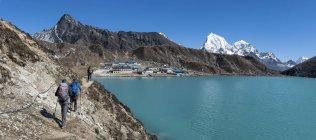 Непал, Гімалаї, Кхумбу, Еверест регіон. Мандрівників, ходьба поблизу озера Gokyo — стокове фото