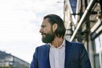 Homem de negócios confiante olhando ao ar livre — Fotografia de Stock