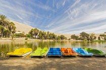 Vista de los barcos en una fila contra el agua durante el día - foto de stock