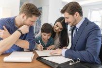 Consultor feliz conversando com a família em casa — Fotografia de Stock